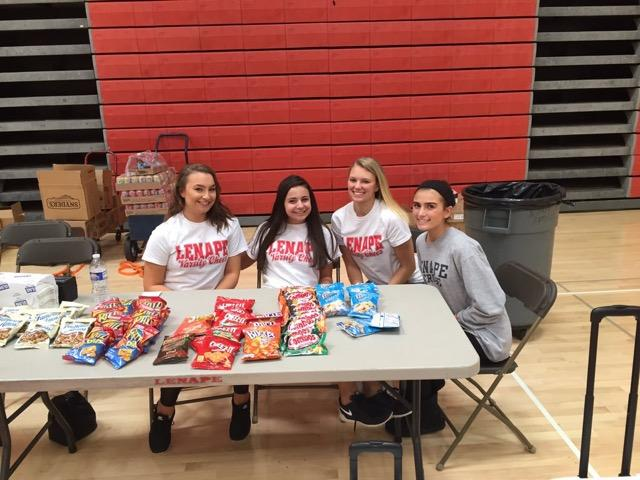 Student Council members helping give out snacks to those who donated.