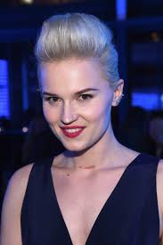 Veronica Roth debuts new book with new haircut